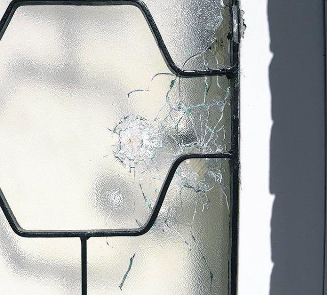 las marcas de la violencia. Los impactos en varias ventanas.