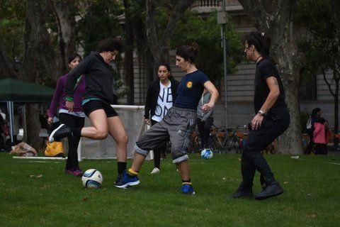 Mujeres jugaron a la pelota en la plaza
