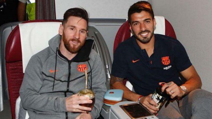 Messi y Suárez dialogan durante el vuelo del equipo culé hacia Sudáfrica.