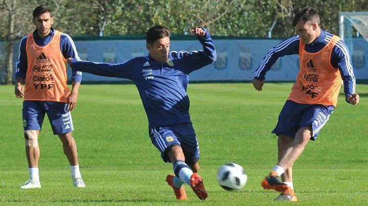 El lateral Nicolás Tagliafico (derecha) y Eduardo Salvio