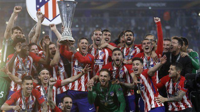 Campeones. Fernando Torres levanta el trofeo de la Europa League