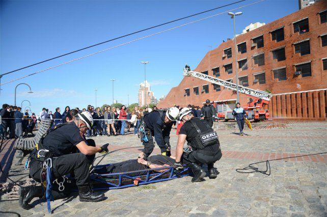 Las imágenes del simulacro de explosión e incendio en el Colegio Español