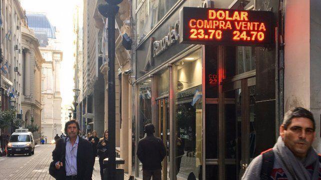 El dólar se mantuvo por debajo de los $25 y en Rosario cerró a $24,70