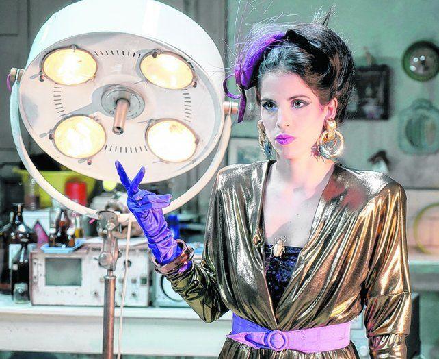 debut en el cine. Cande Molfese interpreta a una extraterrestre que trabaja para un desopilante científico.
