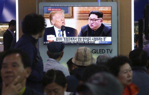 Desacuerdos. Surcoreanos observan un informe sobre la crisis norcoreana en una estación ferroviaria de Seúl.