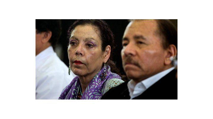 Ambiente crispado. Ortega llegó al encuentro auspiciado por la Iglesia en compañía de su esposa.