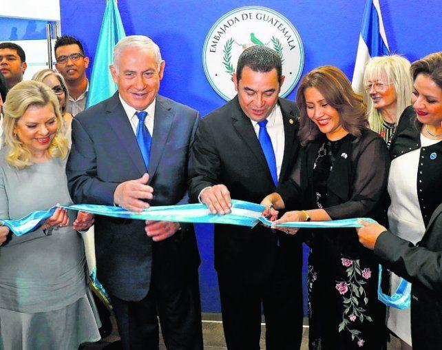Corte de cintas. Netanyahu inaugura junto a Jimmy Morales la embajada.