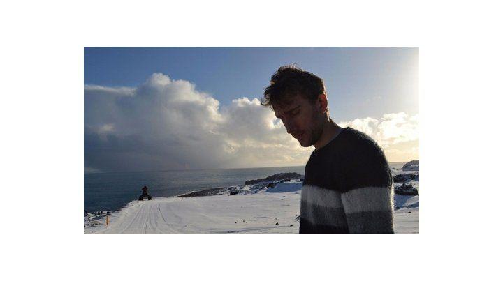 atlántico norte. El futbolista rosarino camina por la inclemente orilla en una de las contadas horas de sol.