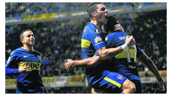 Mucho festejo. Wanchope es abrazado tras uno de los dos goles que anotó.
