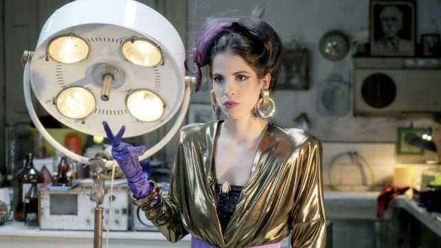 Cande Molfese interpreta a una extraterrestre que trabaja para un desopilante científico.