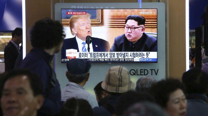 Surcoreanos observan un informe sobre la crisis norcoreana en una estación ferroviaria de Seúl.