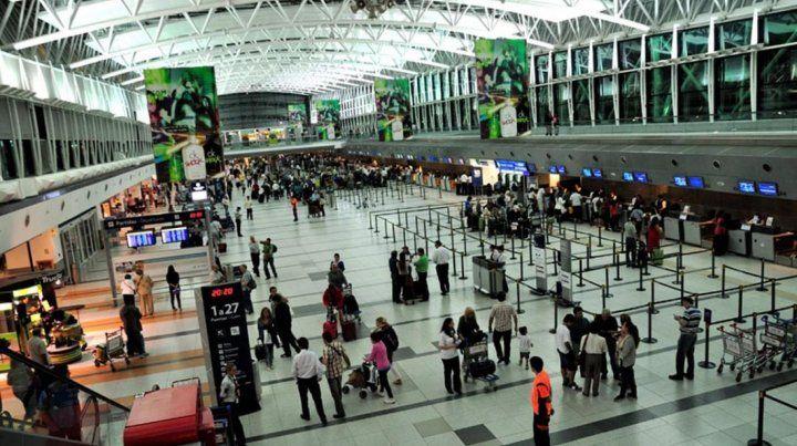 Gremios aeronáuticos paralizan operaciones de LAN Argentina