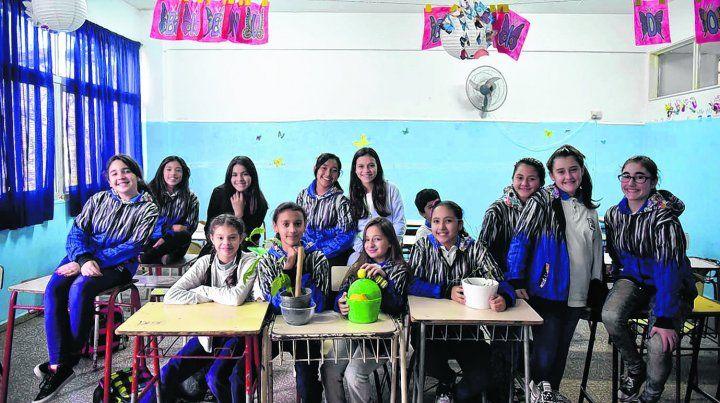 Las chicas y chicos de 7º grado en el salón de clases y donde a diario se ocupan de criar las mariposas Monarca y Espejito.
