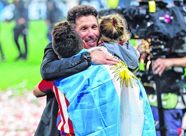 Con la bandera. El Cholo Simeone festeja con algunos de sus familiares tras la victoria de Atlético de Madrid sobre Olympique de Marsella 3 a 0 en la final de la Europa League.
