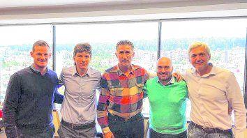 Una canallada. Mauro Cetto, Luciano Cefaratti, Edgardo Bauza, Juan Cruz Rodríguez y Ricardo Carloni posaron sonrientes tras formalizar la contratación del Patón.