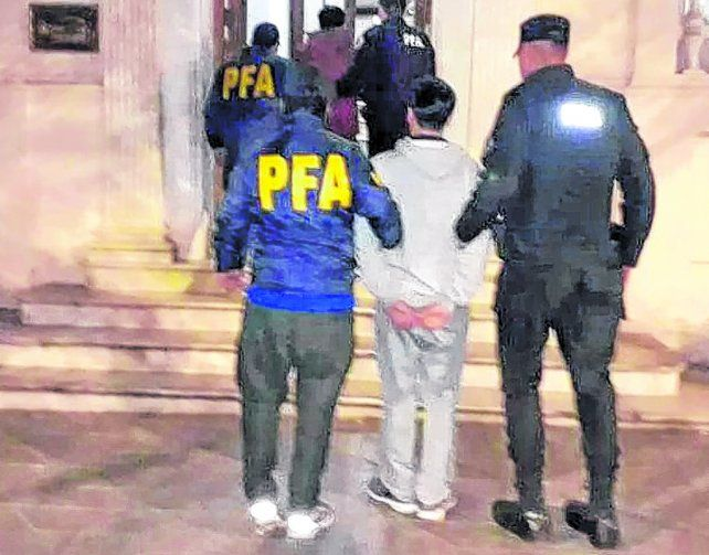arresto y traslado. Uno de los detenidos es ingresado al edificio de la Policía Federal.