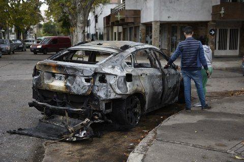 frente a la comisaría. El vehículo destrozado fue conducido a la comisaría 16ª para advertir de lo sucedido.