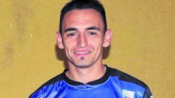 Rueda, el capitán. Hoy los Leones estrenan camiseta con los dos escudos de los clubes rivales en Santa Fe.