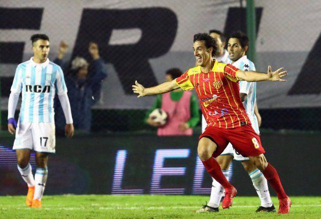 Golazo y festejo. Orzán hizo el gol y Sarmiento dio el primer batacazo de la Copa Argentina.