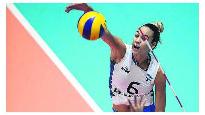 En la red. Elina Rodríguez se esfuerza para superar el doble bloqueo y define aflojando.