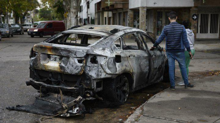 El vehículo destrozado fue conducido a la comisaría 16ª para advertir de lo sucedido.