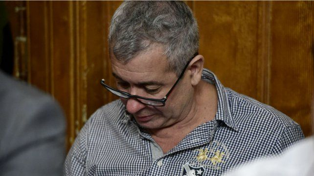 Leyendo. David Delfín Zacarías esperó la llegada de los jueces repasando parte del expediente de la causa.