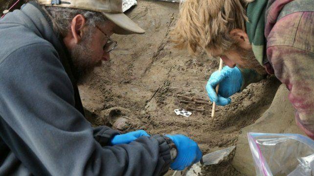 Los arqueólogos en el lugar en el que se hallaron los restos