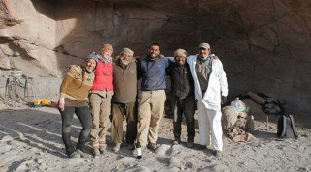 Los arqueólogos en el lugar en el que se hallaron los restos, en la Puna catamarqueña.