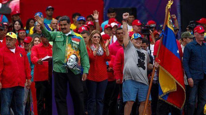 Maradona bailó en el cierre de campaña de Maduro