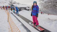 Sobre tablas. Durante la temporada se ofrecen clases para todos los niveles y edades. Hay nieve para esquiar o practicar snowboard, caminatas sobre raquetas, canopy y travesías de montaña.