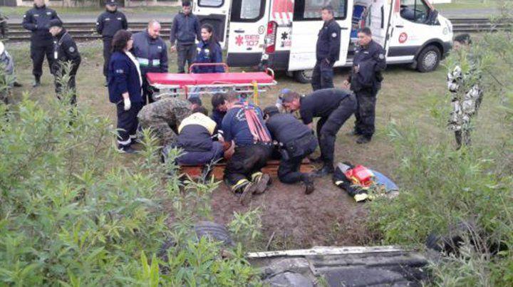 Los efectivos de la Policía de Seguridad Aeroportuaria (PSA) rescatan al conductor.