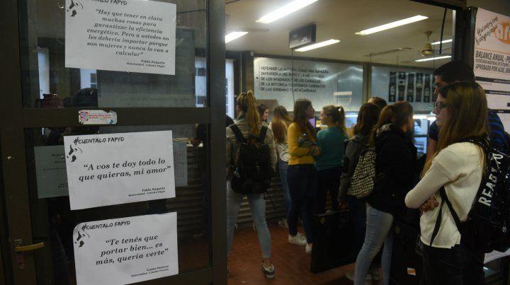 Los afiches con los discursos violentos están pegados en la puerta de la cafetería de la facultad.
