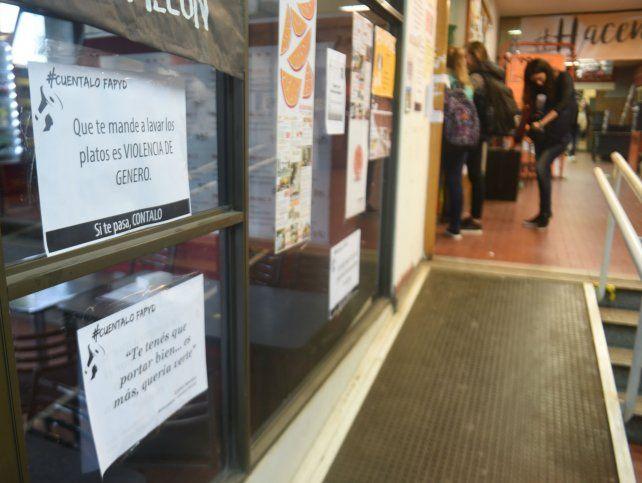 Los carteles abundan en los pasillos de la facultad.
