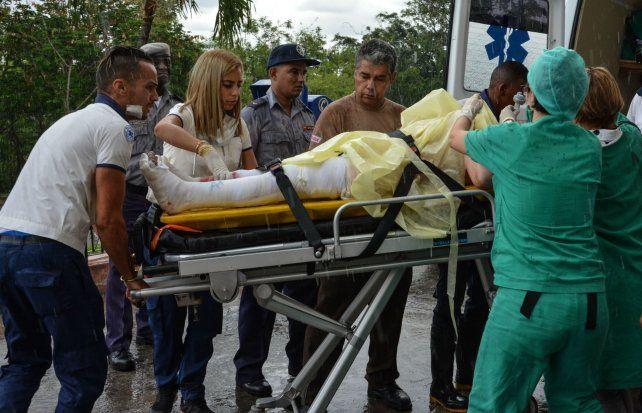 Socorro. Una de las sobrevivientes es trasladada al hospital Calixto García.