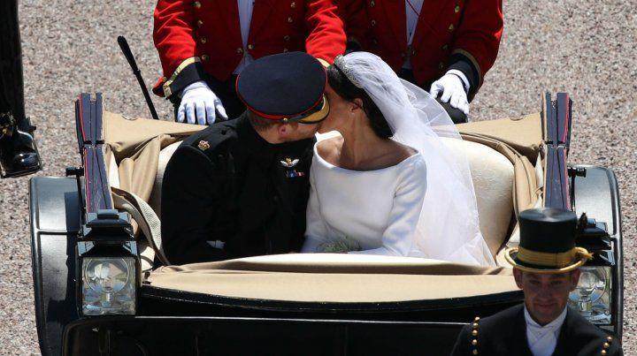 La pareja real paseó por las calles de Londres tras la imponente ceremonia.