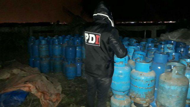 Las garrafas halladas en la zona rural de Alvear. Fueron robadas el lunes pasado.