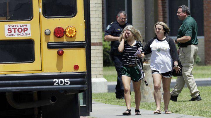 Debate. Una joven deja la escuela donde ocurrió la matanza junto a su madre.