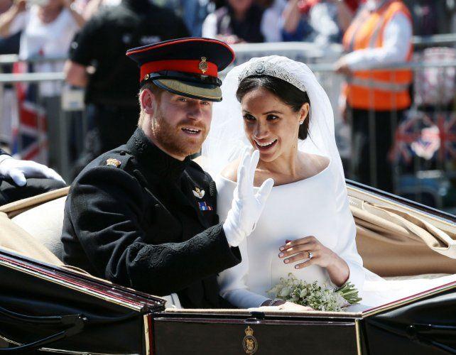 Recién casados. Harry y Meghan Markle salen de la iglesia. La nueva princesa descontracturó la ceremonia.