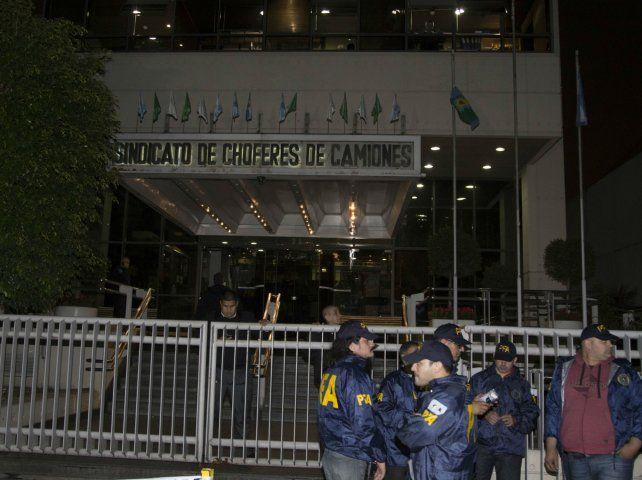 Fuerzas policiales requisaron la sede sindical en busca de pruebas en un supuesto caso de coimas.