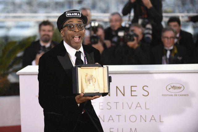 Feliz. Lee dedicó su premio a la República Popular de Brooklyn.