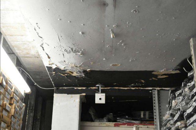 Filtraciones. La imagen de un local de la galería Libertad que padece el efecto del agua en su techo.