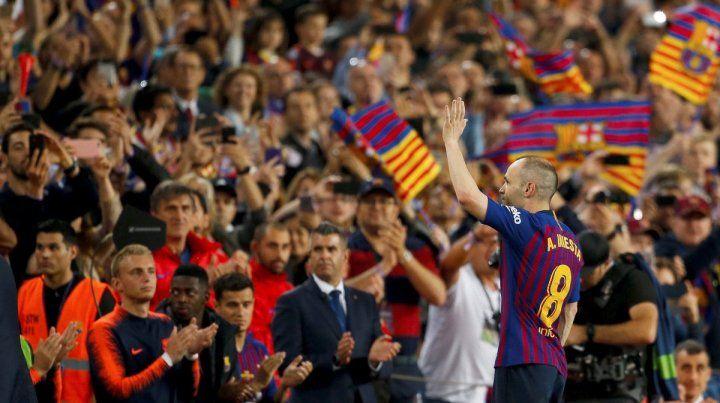 Se fue una leyenda. Iniesta tuvo un emotivo homenaje en su adiós del Barcelona.