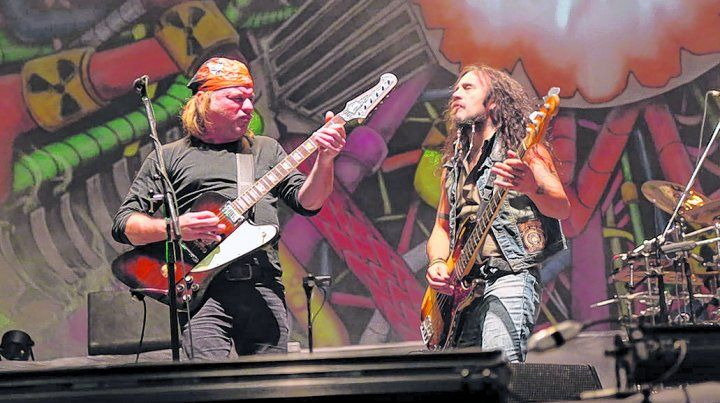 pura energía. Chizzo y el bajista Tete Iglesias en acción. La banda repasó sus clásicos en versiones potentes.