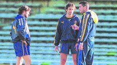 Trío de lujo. Ezequiel González y Juan Antonio Pizzi dialogan con Bauza. Fueron dos jugadores clave en el ciclo del Patón.
