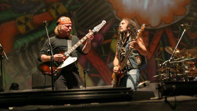 Chizzo y el bajiste Tete Iglesias en acción. La banda repasó sus clásicos en versiones potentes.