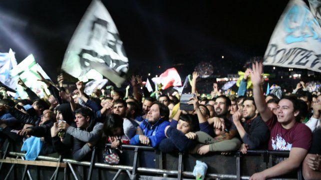 Los fans, al pie del escenario. Dentro del estadio hubo una verdadera fiesta. Afuera, los vecinos se quejaron.
