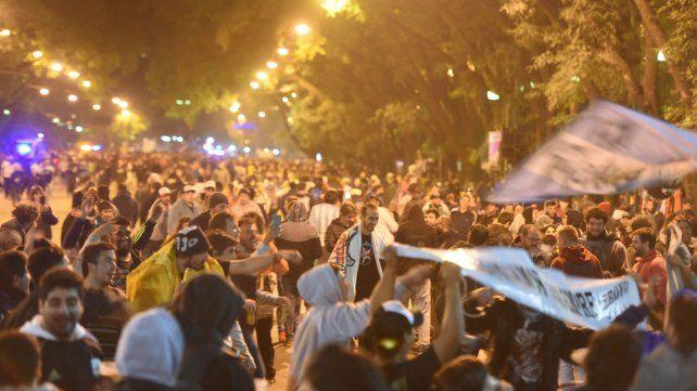 Los fanáticos sobre el bulevar Oroño. Se calcula que 30 mil personas vieron el recital.