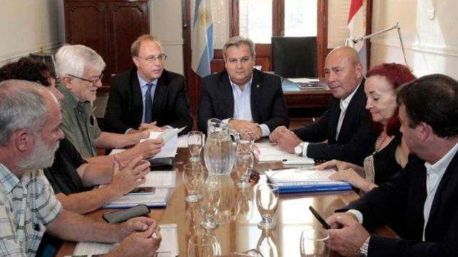 El ministro Saglione confirmó que se activará la cláusula gatillo para empleados estatales