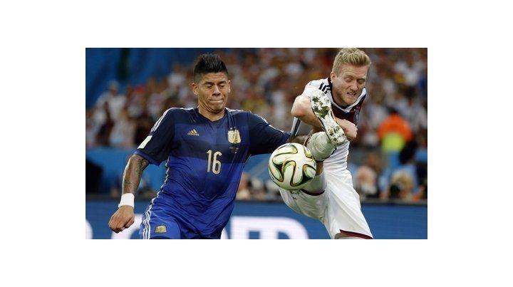 Marcos Rojo y el alemán Schürrle en la final de Brasil 2014.