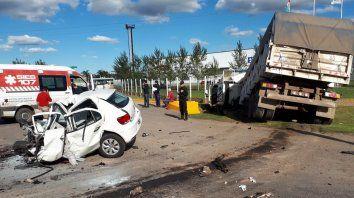 Las huellas del tremendo impacto. Así quedó el VW Gol tras el siniestro vial.